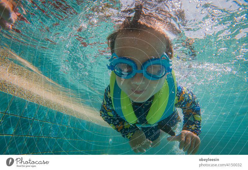 Glücklicher kleiner Junge schwimmen Lager Party Schlafmatratze Spiel springend genießen Nudel Air rennen Hotel Spielzeug viele im Freien Bonden Hände hoch