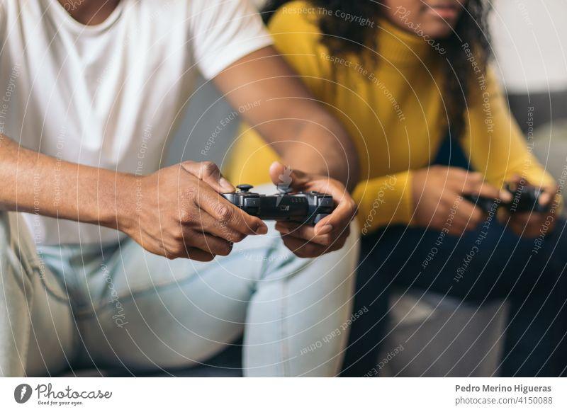 Afroamerikanisches Paar spielt Videospiel zu Hause. Nahaufnahme heimwärts Spaß jung Glück Zusammensein Spielen Frau Mann Lifestyle Familie Sitzen männlich Liebe