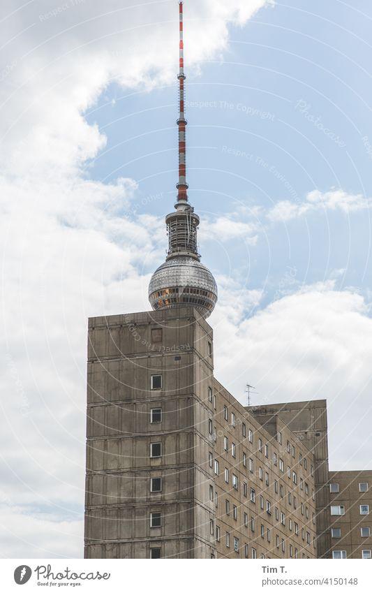 ein Plattenbau am Alexanderplatz ,im Hintergrund der Berliner Fernsehturm Wahrzeichen Himmel Turm Architektur Hauptstadt Sehenswürdigkeit Berlin-Mitte