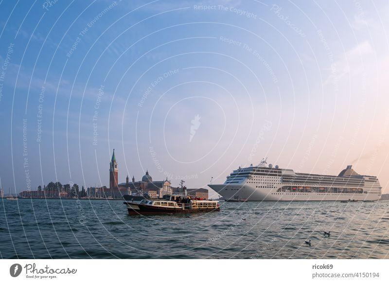 Blick auf die Insel San Giorgio Maggiore mit Kreuzfahrtschiff in Venedig, Italien Kirche Schiff Boot Stadt Architektur San Marco Urlaub Reise Herbst Basilika