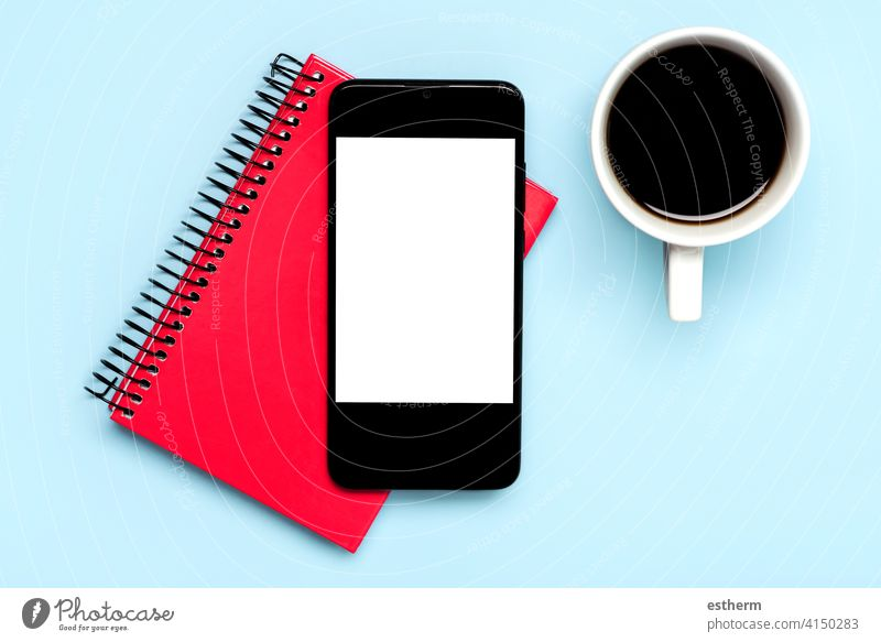 Smartphone mit weißem Bildschirm für Kopierraum mit weißer Tasse Kaffee und rotem Tagebuch Büro Telekommunikation Textfreiraum Vernetzung Nachricht sozial