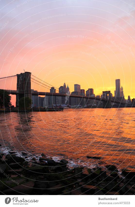 Brooklyn Bridge und New York Skyline am Abend Himmel Ferien & Urlaub & Reisen blau Stadt Wasser Architektur Felsen orange Verkehr Hochhaus Tourismus Schönes Wetter ästhetisch Brücke historisch Bauwerk