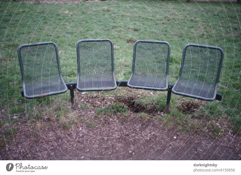 Stuhl Reihe us Metall in Bogenform outdoor, draußen an der frischen Luft Stühle Bank Sitzgelegenheit Bühne Auditorium leer verlassen neu bequem frei Wiese