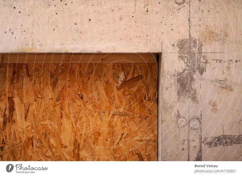OSB OSB-Platte ortsichtbeton Beton Baustelle Konstruktion Bauen Haus Wand braun Holz grau Mauer fenster abdeckung schmutz Handwerk Außenaufnahme Handwerker