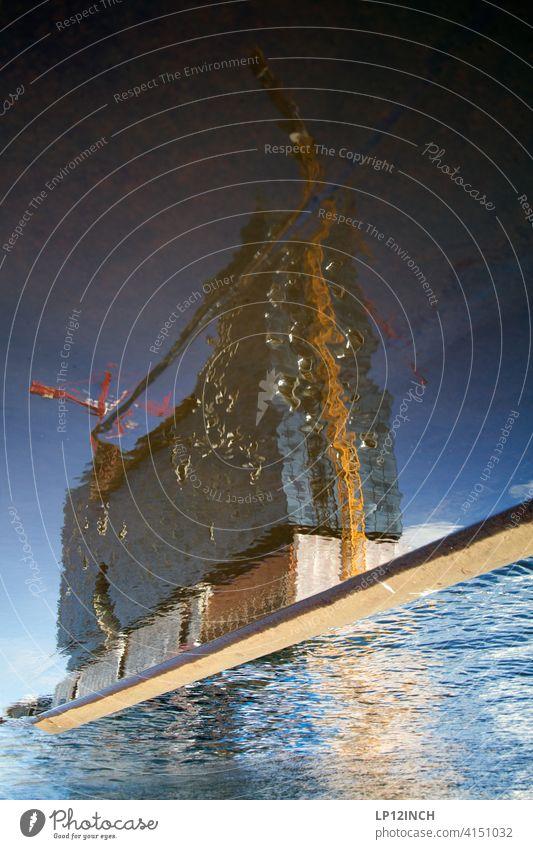 Elbphilharmonie Hamburg Spiegelung Baustelle Elbe Wasser Konzerthaus surreal Kran Hamburger Hafen Stadt Pfützenspiegelung Pfützenbild Philharmonie Konstruktion