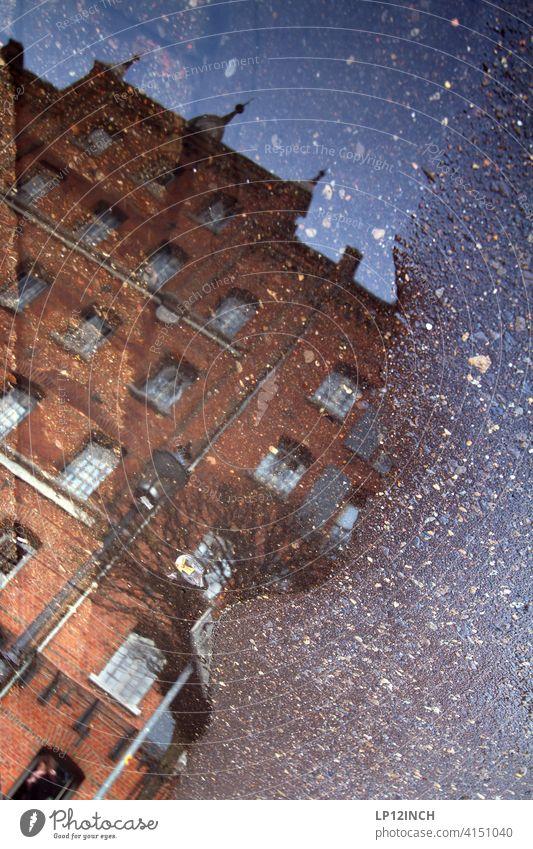 Lübeburger Pfütze Spiegelung Haus historisch Altstadt Lüneburg Wasser Bodenbelag wohnen Gebäude Surrealismus