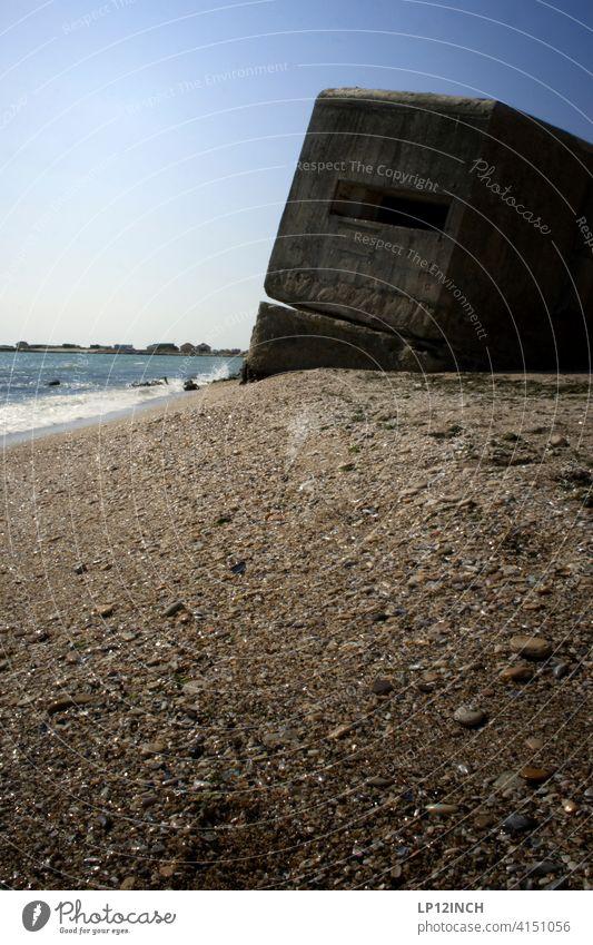 Bunker am Strand Wasser Krieg Ruine Schutz Roboter Beton Küste Rumänien Science Fiction Filmkulisse düster unheimliche Atmosphäre Angst bedrohlich Mauer
