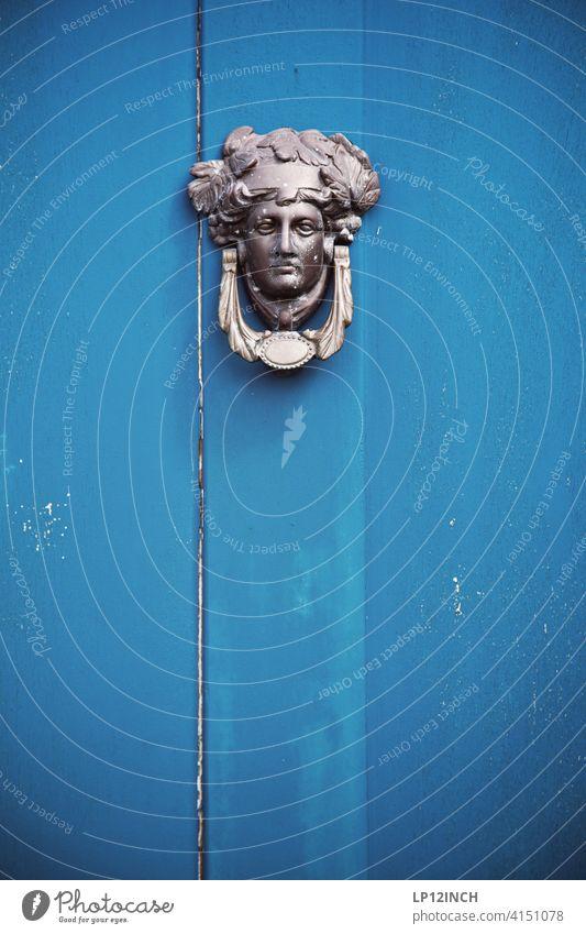 Klopf klopf ... Eingangstür Tür anklopfen Holz blau Haus Hauseingang verschlossen Vintage Klingel Figur Dekoration & Verzierung dekor betreten Holztür