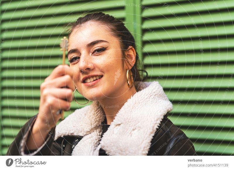 glückliche junge Frau, die mit ihrer Hand einen Schlüssel hält Taste Besitzer neu weiß Business Sale Menschen Anwesen Haus Hintergrund kaufen Miete Darlehen