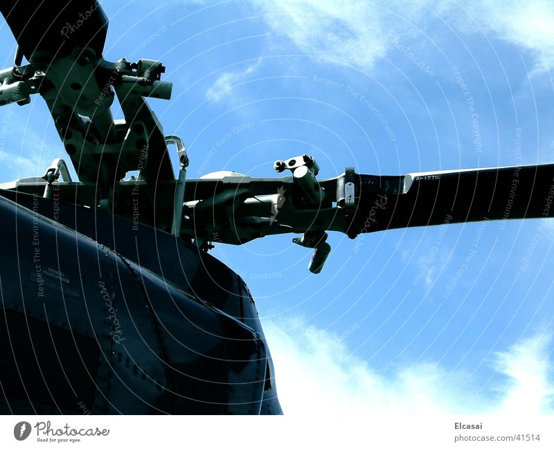 skyHigh Luftverkehr Hubschrauber Rettungshubschrauber Perspektive Rotor Farbfoto Außenaufnahme Detailaufnahme Tag Schatten Technik & Technologie Menschenleer