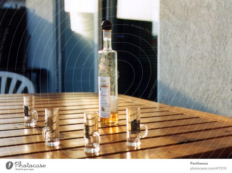 Grappa und seine Kinder Glas leer trinken Flasche