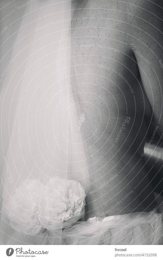 Damenrücken mit Tüll Frau Rücken weiß und schwarz Spielen Klavier heimwärts Innenbereich romantisch Blume Musik nostalgisch Stil Verlockung Sehnsucht