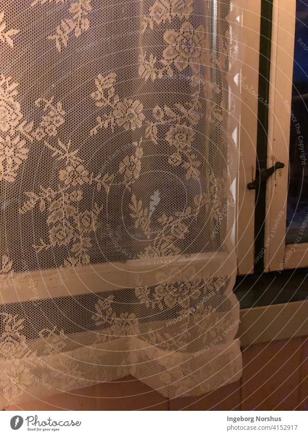 Weißer Vintage-Spitzenvorhang in dunklem Fenster Gardine Muster Textil Rahmen alt altehrwürdig Nacht im Innenbereich durchsichtig Transparenz Kabine Vorhang