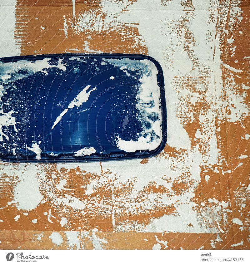 Entrückt Pappe Ablage Deckel Farbstoff Kunststoff Kleckse Farbflecke wild chaotisch weiß bräunlich blau durcheinander Farbenspiel Schlieren Unterlage