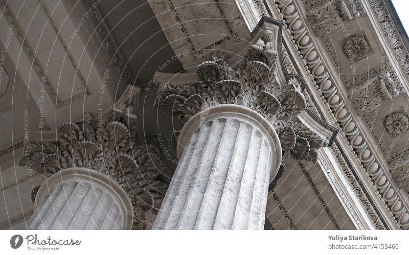 Klassische architektonische Säule. Details der Architektur eines historischen Gebäudes. Element des äußeren Gebäudes mit Säulen und Stuckleisten an der Decke der Kathedrale in St. Petersburg, Russland.