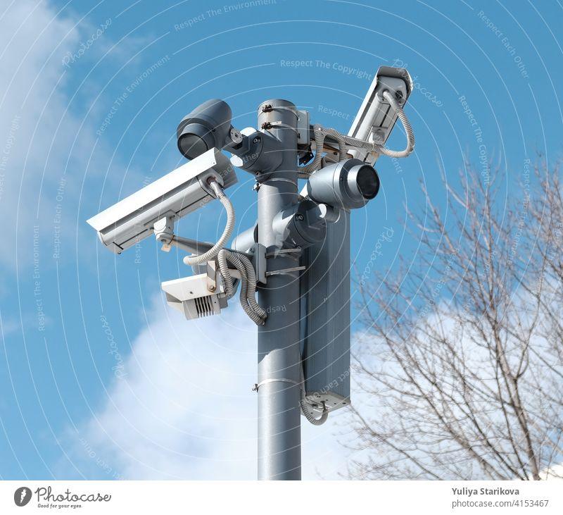 Echtzeit Moderne Online-Sicherheit CCTV-Kameras Überwachungssystem. Ein Outdoor-Video-Überwachungskameras ist auf einem Metallpfosten installiert. Ausrüstung System Service für Sicherheit Leben oder Asset.