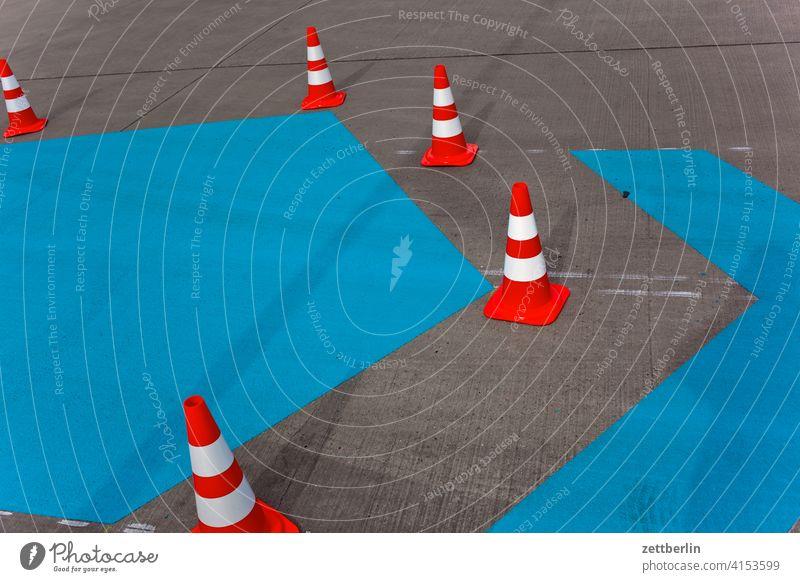 Pylone mit blauer Fläche asphalt ecke fahrbahnmarkierung hinweis kante kegel kurve linie links navi navigation orientierung pfeil pylon radweg rechts richtung