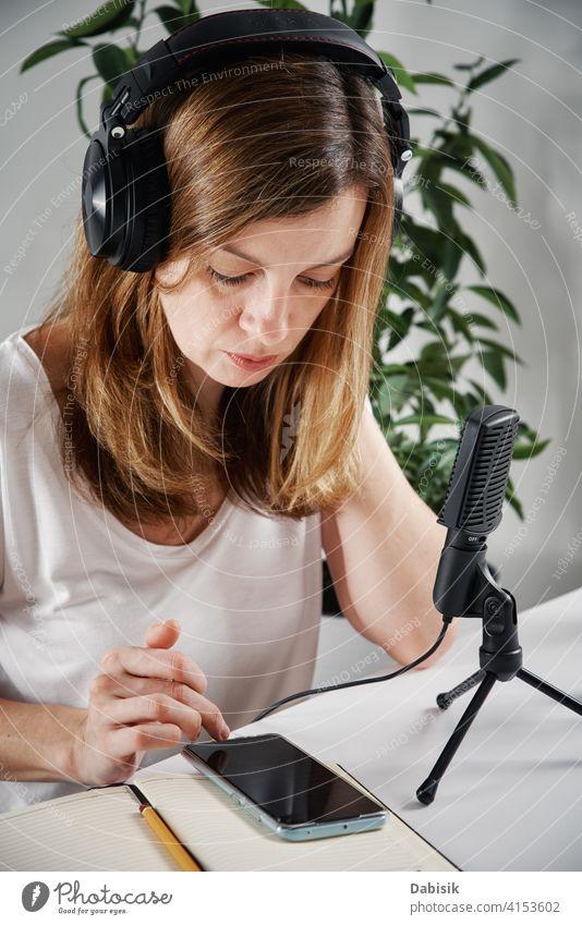 Frau mit Kopfhörer hört Audiokurs. Podcast Bildung Lernen online Mikrofon Online-Bildung Rundfunksendung Atelier Radio Blogger Ausstrahlung Medien Musik Gerät