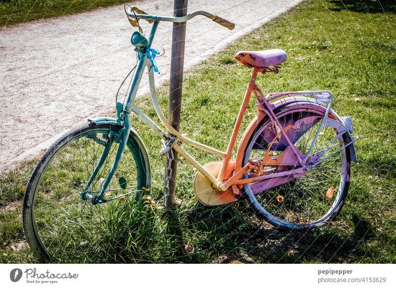 Regenbogen-Fahrrad angekettet regenbogenfarben Regenbogenfahrrad Regenbogenflagge Farbfoto Ferien & Urlaub & Reisen Farbe Homosexualität Gleichstellung
