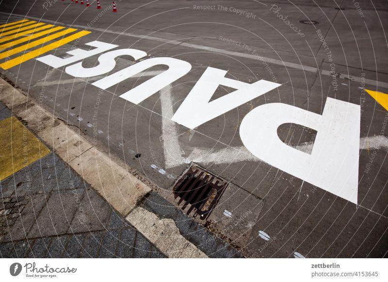 PAUSE asphalt aussage botschhaft buchstabe ecke einzelbuchstabe fahrbahnmarkierung hinweis info information navi navigation orientierung rechts richtung satz