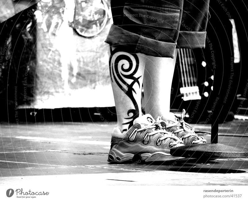 meine strammen wadeln Tattoo Show Schuhe Bühne Schuhbänder Frau Beine Fuß Fußknöchel