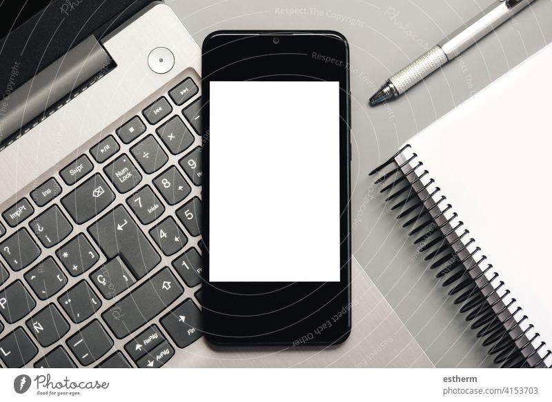 Smartphone mit weißem Bildschirm für Kopierraum mit Laptop und Notebook Büro Telekommunikation Textfreiraum Business Vernetzung Nachricht sozial Transparente