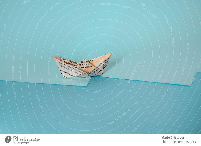 Konzeptionsfoto eines Papierbootes aus alter Zeitung, das das Konzept von Wirtschaft und Finanzen zeigt karg Textfreiraum Tag im Innenbereich keine Menschen