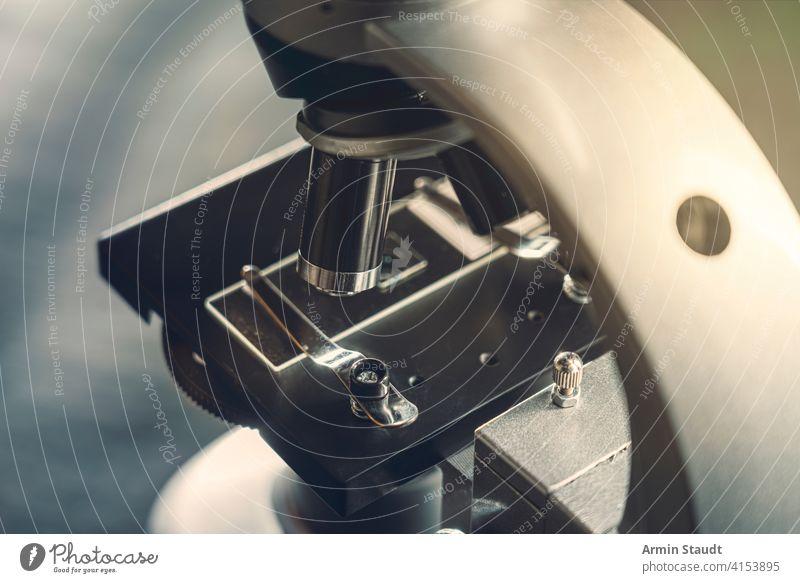 Details eines silbernen Mikroskops, mit schwarzem Hintergrund Analysieren Biologie Biotechnologie hell erleuchtet Chemie Nahaufnahme Detailaufnahme Fundstück