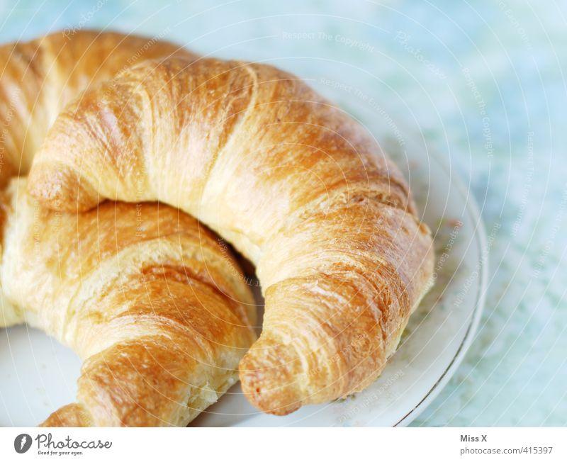 Croissant Lebensmittel Teigwaren Backwaren Ernährung Frühstück Kaffeetrinken Teller lecker süß Frühstückstisch Frühstückspause kross Farbfoto Innenaufnahme