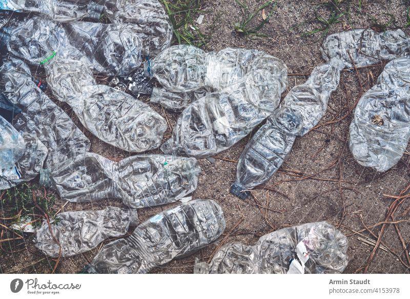 alte zerkleinerte Plastikflaschen, die auf dem Boden liegen Hintergrund Getränk Flaschen zerdrückt dreckig abgeworfen Erde Öko ökologisch Ökologie leer Umwelt