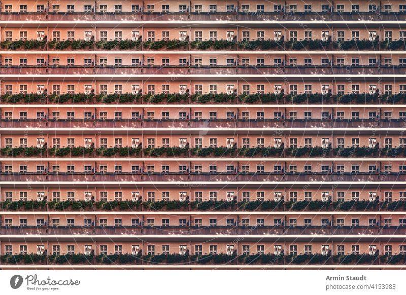 Architekturmuster, Balkonfassade eines Berliner Hauses Anonymität anonym Hintergrund groß Klotz Gebäude Großstadt Konstruktion Außenseite Fassade Wohnungen