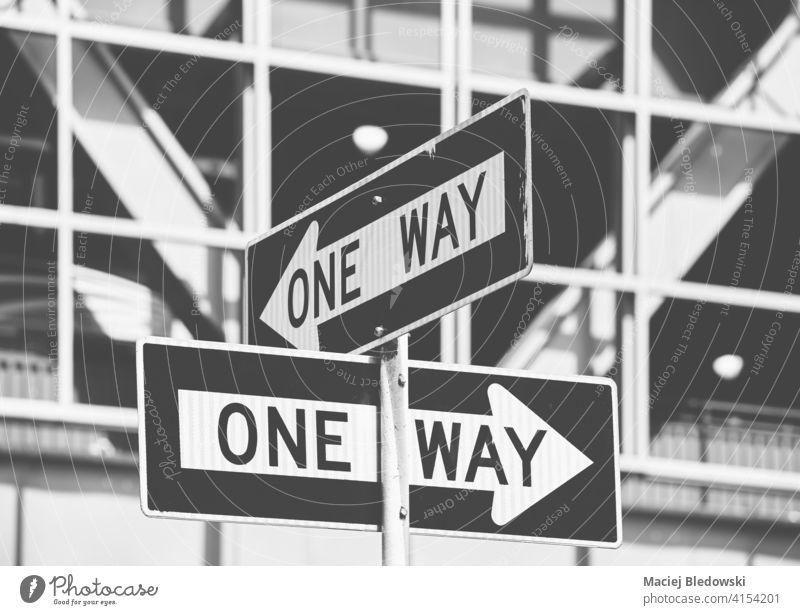 Schwarz-Weiß-Bild von Einbahnstraßenschildern in New York City, selektiver Fokus, USA. einfache Fahrt Großstadt New York State Verkehr schwarz weiß Zeichen