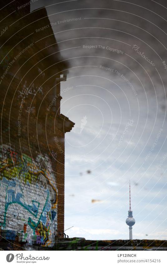 Alex in der Pfütze Fernsehturm Berliner Fernsehturm Reflexion & Spiegelung Sehenswürdigkeit Wahrzeichen Fabrik Wasser Bodenbelag Alexanderplatz