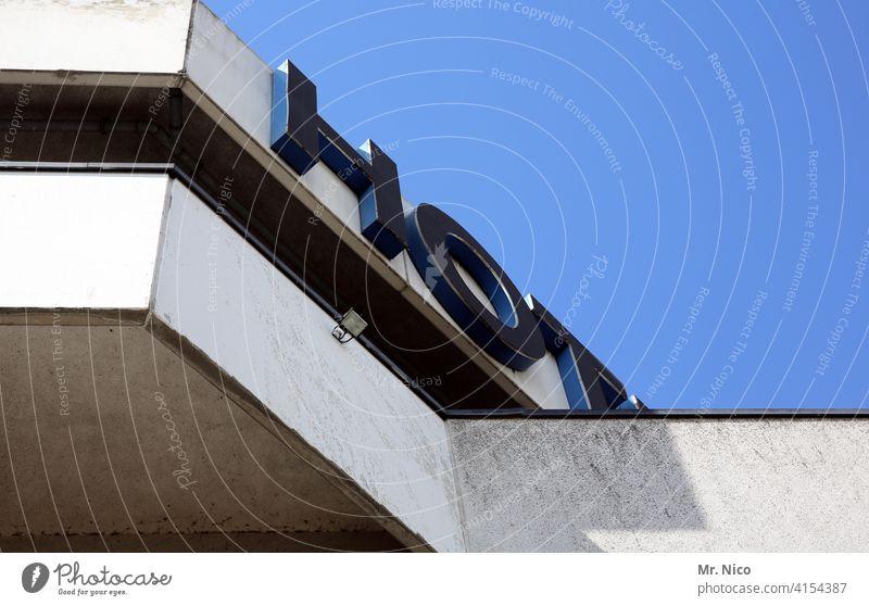 Hot Hotel Architektur Haus Gebäude Fassade Hochhaus Himmel Froschperspektive Balkon hot Schriftzeichen Buchstaben dreckig Unterkunft Herberge Neonlicht Werbung