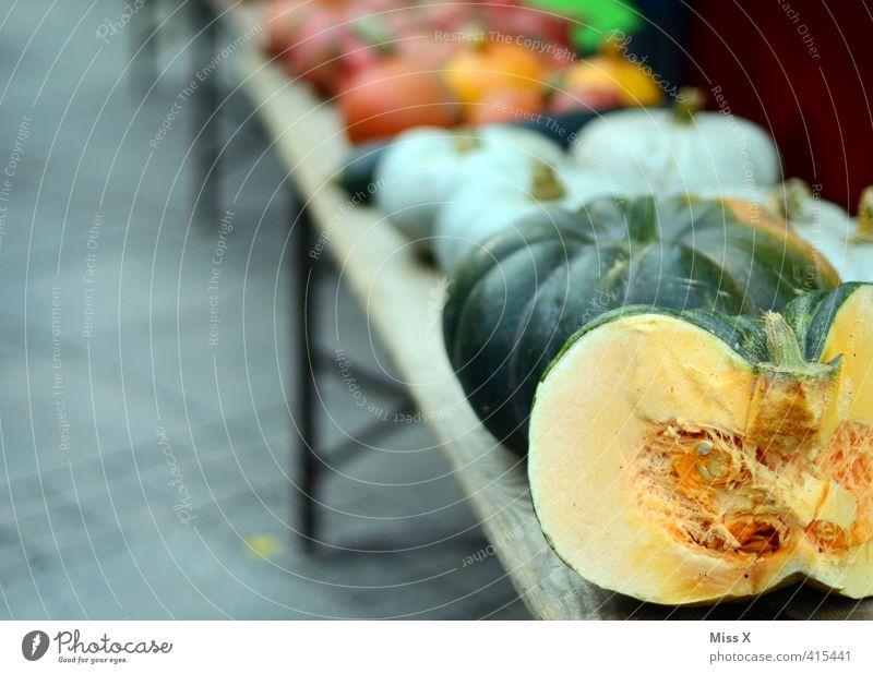 Kürbiszeit Gesundheit Lebensmittel frisch Ernährung Gemüse Ernte lecker Bioprodukte Markt Hälfte verkaufen geschnitten Vegetarische Ernährung Kürbis Marktstand Kürbisgewächse