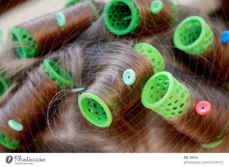 Lockenwickler im Haar lockig Haare & Frisuren Friseur feminin hair Kopf Haarpflege verschönern langhaarig Accessoire Friseursalon zurechtmachen lockenkopf