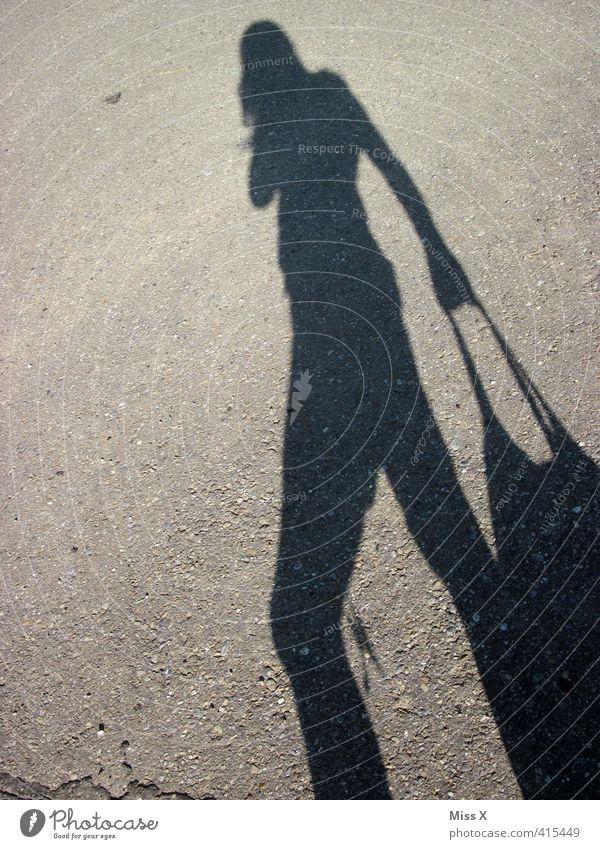 shoppingtour kaufen Mensch feminin 1 18-30 Jahre Jugendliche Erwachsene verkaufen Gefühle Stimmung Einkaufstasche Tasche gehen Schattenspiel Bürgersteig