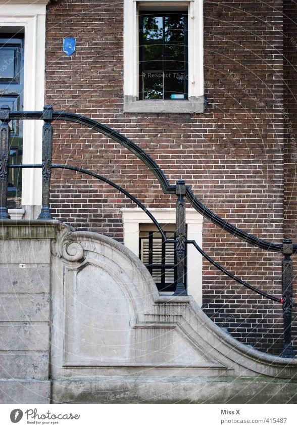 Volute Häusliches Leben Wohnung Haus Altstadt Burg oder Schloss Fassade Fenster Tür alt Treppengeländer Backsteinfassade Jugendstil Gebäude Farbfoto