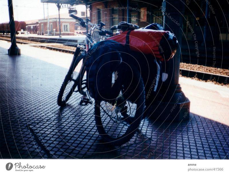 lange Reise Fahrrad Gepäck Fahrradtour Ferien & Urlaub & Reisen überladen Pause stoppen Verkehr Bahnhof angekommen