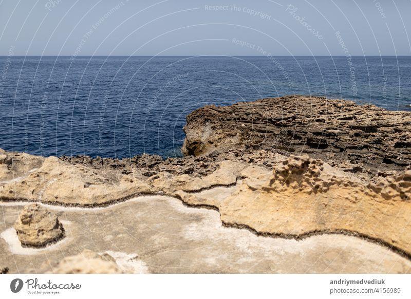 Textur der vulkanischen Felsen Oberfläche in Zypern aussehen wie Mondoberfläche. Klippe, Meer und Himmel Hintergrund. selektiven Fokus texturiert MEER Stein