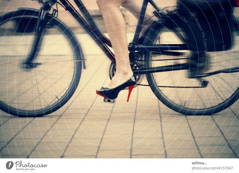Schatz, ich fahre noch mal schnell zum Absatzmarkt ... High Heels Radfahren Stöckelschuhe Fahrrad Frauenbeine Radeln Fahrradfahren Bewegung Radfahrer