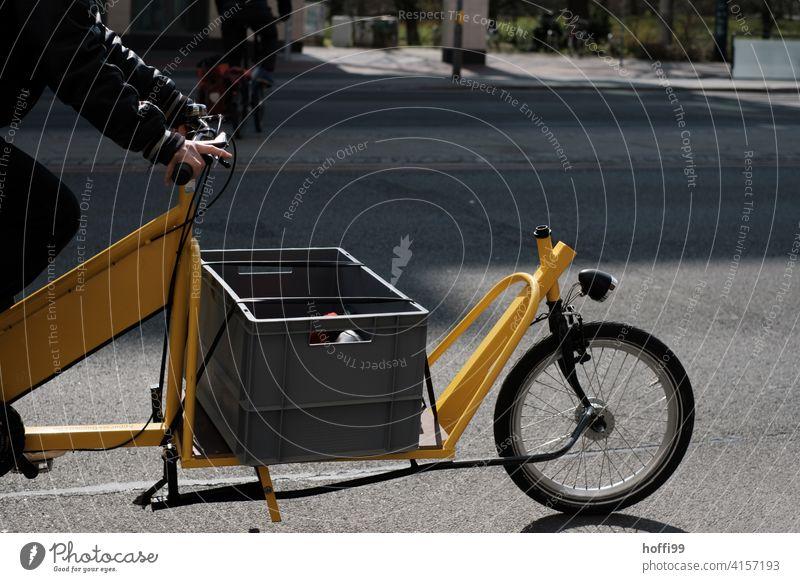 gelbes Lastenfahrrad auf der Strasse Rad alternativ Lieferservice Lieferverkehr Spedition Fahrrad Mobilität Güterverkehr & Logistik Fahrradfahren Verkehrsmittel