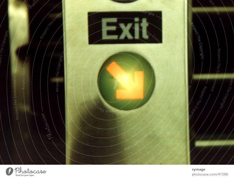 exit U-Bahn London Underground New York State Ausgang resignieren Typographie Station Schranke hier lang Verkehr rail USA Eisenbahn Pfeil Schriftzeichen cross