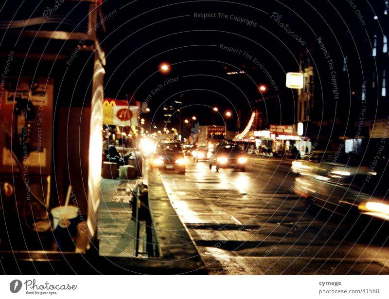 mein block.. Mann Stadt schwarz dunkel PKW Regen Straßenverkehr Verkehr Geschwindigkeit Energiewirtschaft USA Nacht Ladengeschäft Gesellschaft (Soziologie) New York City Scheinwerfer