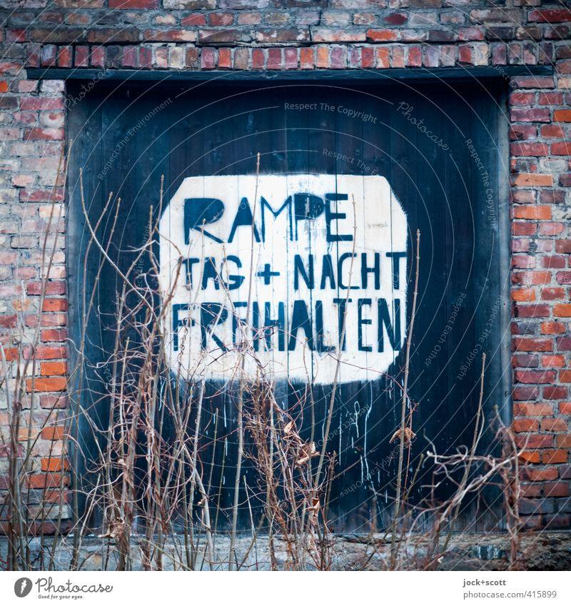 Tag + Nacht .... Stadt alt Winter kalt Holz Zeit Sträucher frei Hinweisschild Vergänglichkeit retro Vergangenheit verfallen Verfall Backstein Tor