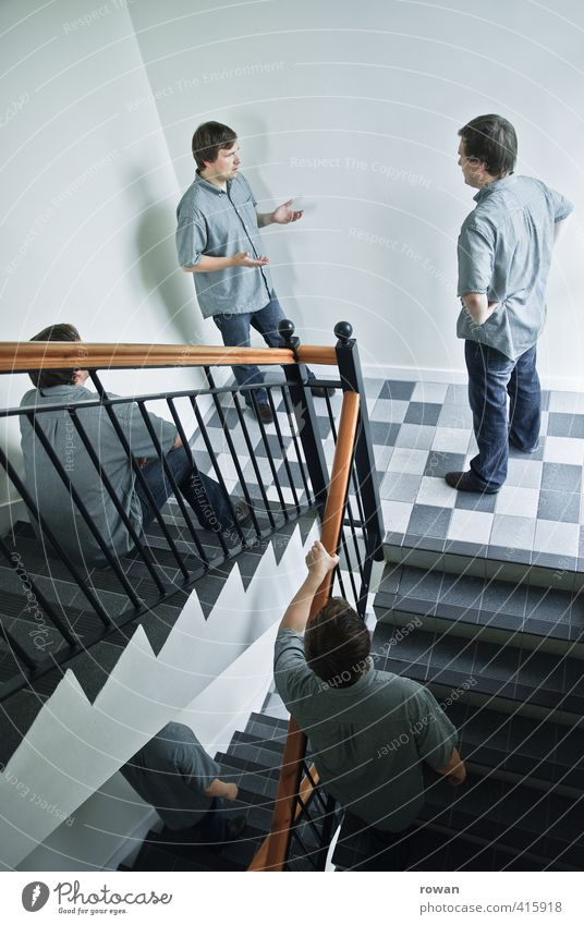 ruhe im treppenhaus! Mensch Mann Jugendliche Erwachsene Junger Mann sprechen Menschengruppe außergewöhnlich träumen maskulin Treppe Häusliches Leben verrückt