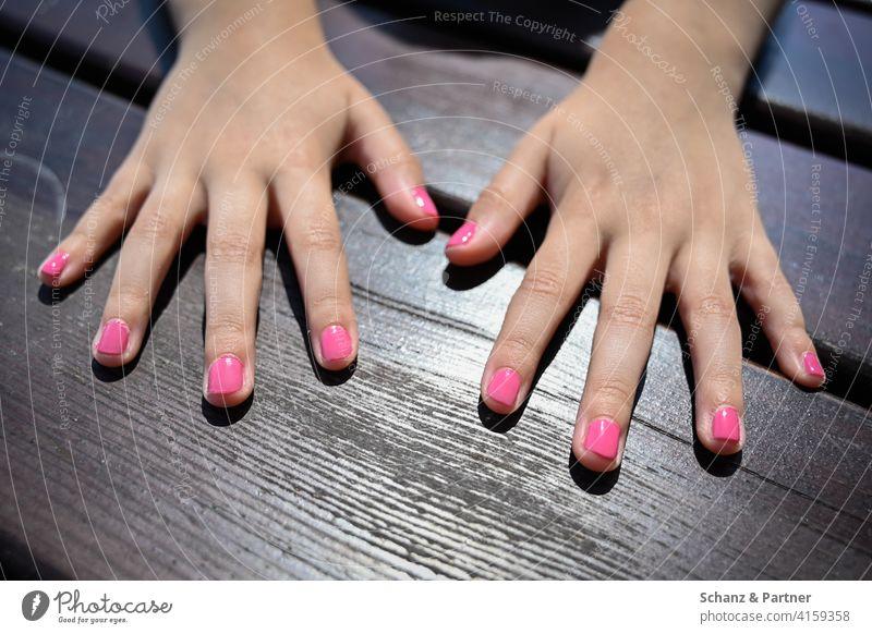 Kinderhände mit Nagellack Hände pink Nägel lackieren Mädchen weiblich Kosmetik Farbe feminin Maniküre Fingernagel Tochter Mama rosa mädchenhaft Kinderzimmer