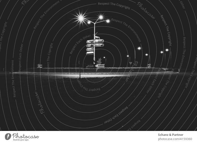 Kreisel mit Wegweisern in Belgien Rond point Straßenlaterne Frankreich Nacht nachts unterwegs Navigation GPS verfahren dunkel einsam beleuchtet