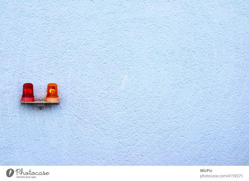 5 vor 12 noch leuchtet es orange Ampel Warnsignal rot Licht Lampe weiße wand zwei Lampen signalisieren Stop Zeichen Symbol Ermahnung Sicherheit Großstadt