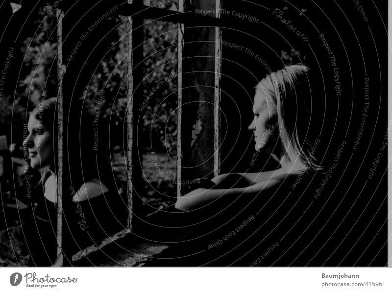 Gemeinsam einsam Gitter Fenster Porträt Silhouette Frau Schwarzweißfoto teilbelichtet Profil